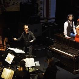 Jimmy Mahoney and Jenny Smith on Piano beseide orchestra