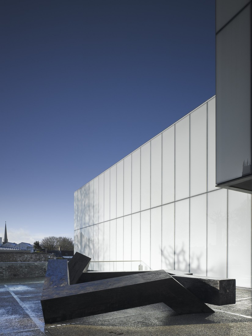 Oblique view of glass panelling